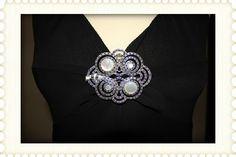 Detalle escote, el Broche no va incluido, es un complemento que cambia el aspecto del vestido.