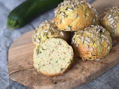 Nyttiga frallor: Glutenfria zucchinifrallor – Paleo. Dessa superenkla zucchinifrallor är mjölkfria och fria från spannmål. Perfekta till frukost och som mellanmål, och älskas av hela familjen! Gluten Free Recipes, Bread Recipes, Snack Recipes, Healthy Recipes, Snacks, A Food, Food And Drink, Paleo, Our Daily Bread