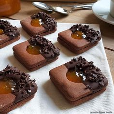 SACHER COOKIE chocolate and jam BISCOTTO SACHER chocolate and marmalade is a sweet dessert with cocoa short pastry base and apricot jam filling. Biscotti Cookies, Yummy Cookies, Cake Cookies, Sandwich Cookies, Chocolate Cookies, Chocolate Recipes, Cookie Recipes, Dessert Recipes, Dishes Recipes