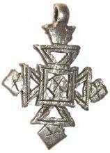 cruz etíope, 46x36mm,  16,50 €. La mayoría de los cruces se hacen a mano con la técnica de la cera perdida y tienden a exhibir diseños elaborados que muestran influencias celtas, latín, griego, egipcio, etc.  Cada cruz etíope es única. Sus diseños son muy variados y son indicativos de la ciudad o la provincia del que se originan. http://nellass.com/categories/CUENTAS-DE-%C3%81FRICA/cruces-et%C3%ADopes/