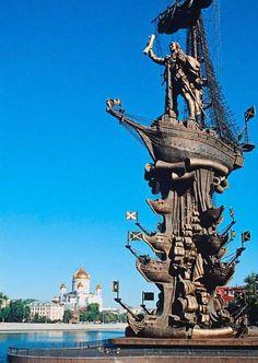 Peter la gran estatua, Rusia  Esta estatua monumental del zar ruso Pedro el Grande, son unas torres de 94 m (308 pies) de altura sobre el cielo de Moscú .