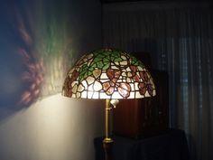lampara realizada en tiffany: pequeños trozos de vidrios de color en  cinta de cobre estañada y patinada