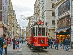 Красный трамвай на улице Истикляль Стамбул - душа Турции