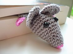 GLITTERTJES: Boekenlegger haken met patroon zo leuk!!!!!!! Crochet Amigurumi Free Patterns, Free Crochet, Knit Crochet, Diy Bookmarks, Crochet Bookmarks, Human Doll, Crochet Embellishments, Crochet Mouse, Creative Kids