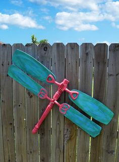 Dragonfly Yard Art Flea market finds are turned into the cutest junk dragonfly yard art! I want to make a dozen for my fence!Flea market finds are turned into the cutest junk dragonfly yard art! I want to make a dozen for my fence! Dragonfly Yard Art, Fan Blade Dragonfly, Do It Yourself Baby, Ceiling Fan Blades, Ceiling Fans, Flea Market Finds, Flea Markets, Fence Art, Diy Fence