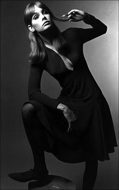 Miss Rosemary Jean Shrimpton twirls a curl and wears great shoes. The frock looks like French jersey by Jean Muir. 1960s Fashion, Fashion Models, Fashion Beauty, Vintage Fashion, Jean Shrimpton, Swinging London, Colleen Corby, Jean Muir, Look Jean