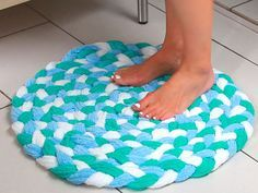Cómo hacer una alfombrilla de baño con toallas recicladas