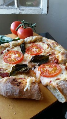 Stuffed Crust Tomato Basil Pizza With Vegan Mozzarella Recipes Food Living PETA Vegan Pizza Recipe, Best Vegan Recipes, Whole Food Recipes, Vegetarian Recipes, Cooking Recipes, Favorite Recipes, Best Vegan Meals, Pizza Recipes, Soup Recipes