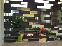 Busca imágenes de diseños de Jardines estilo Moderno}: Casa Z-26. Jardín interior con celosía metálica.. Encuentra las mejores fotos para inspirarte y y crear el hogar de tus sueños.