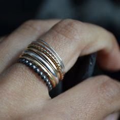 Les grains de raisin forment une belle grappe quand ils poussent, comme les anneaux de cette bague. Forgés à la main à partir d'argent recyclé et gold