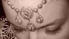 """Appelé """"el Khit errouh"""" en dialecte algérois, qui signifie littéralement """"le fil de l'âme""""ou encore """"Zerouf"""" dans le dialecte tlemceni, ce bijou orne le front ou… Headdress, Traditional Outfits, Jewelery, Gold Necklace, Bracelets, Silver, Beautiful, Hair Ideas, Photos"""