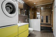 Kerrostaloasunnon kylpyhuoneessa on otettu kaikki tila käyttöön ilman, että tila on ahtaan tuntuinen. Pesukone on ergonomisella korkeudella ja infrapunasauna mahtuu hyvin pienempäänkin tilaan.