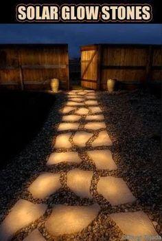 Die Steine vom Gartenweg mit Leuchtfarbe bemalen