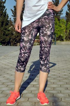 Κολάν κάπρι εμπριμέ (γκρι-ροζ) Capri Pants, Fashion, Moda, Capri Trousers, La Mode, Fasion, Fashion Models, Trendy Fashion