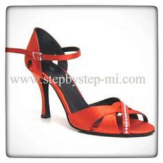 Sandalo in raso rosso decorato con strass #salsa #bachata #sandali #stepbystep #scarpedaballo #danceshoes #rhinestones #strass #scarpedaballo #sandal #sandali