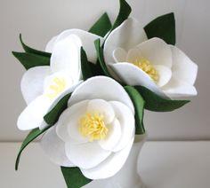 Questo elenco è per un bouquet di fioriture bianco Magnolia. Basta selezionare il numero di fioriture che desideri al momento del pagamento. Queste sono senza tempo, bellissimo e perfetto per ogni occasione.  Ogni fiore è tagliato e messo insieme a mano in feltro di lana di alta qualità. Non hanno mai bisogno essere innaffiate, durare per sempre e rendono il regalo perfetto per ogni occasione.  10% di tutte le vendite andare a beneficio di una causa speciale. Attualmente gli acquisti andare…