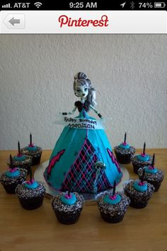 Monster High Cake and Cupcakes. For Mayas bday if she still likes monster high Festa Monster High, Monster High Cakes, Monster High Party, Monster High Dolls, Monster High Birthday Cake, Fete Anne, Decors Pate A Sucre, Bday Girl, Cute Cakes