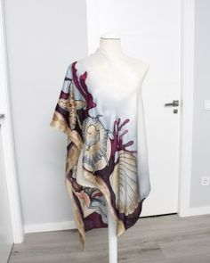 Dani DimitrovaLargo chal con motivos marinos.#pañuelosdeseda #silkscarves #uniquegifts #luxuryscarves #seashels Dani, Silk Scarves, Unique Gifts, Kimono Top, Women, Fashion, Painted Silk Scarves, Painted Silk, Anniversary Gifts