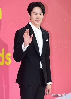 Yoo Yeon Seok  #Yooyeonseok #Redcarpet #fashion #melonmusicawards #2k17 #koreanidol #koreanfashion  #danielandsuzy Yoo Yeon Seok, Music Awards 2017, Star Show, K Pop Star, Trendy Outfits, Kpop, Actors, Celebrities, Fashion