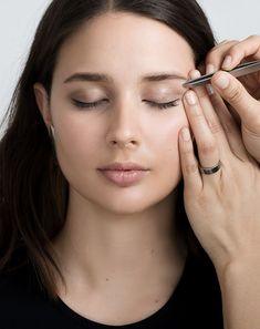 Start by tweezing the stray hairs between your brows. Next tweeze near or at your top brow line by brushing your hairs downward to reveal any stray hairs. Hold your skin taut with one hand,. Eyebrow Shaper, Eyebrow Brush, Brow Shaping, Straight Brows, Thick Brows, How To Draw Eyebrows, Shape Eyebrows, Eyebrow Beauty, Eyebrow Grooming
