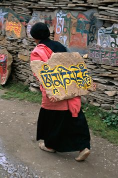 Pilgrim carrying a Mani stone, Tibet - Steve McCurry We Are The World, People Of The World, Dalai Lama, Steve Mccurry Photos, Le Tibet, Vivre A New York, Les Philippines, World Press Photo, Spirituality