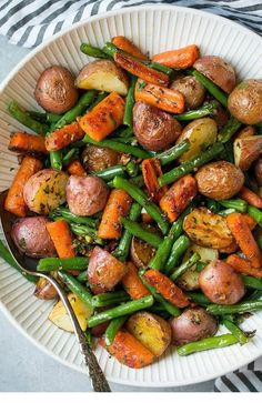 Garlic Herb Roasted Potatoes Carrots and Green Beans Recipe on Yummly. vegetarian recipes Garlic Herb Roasted Potatoes Carrots and Green Beans Roasted Potatoes And Carrots, Carrots And Green Beans, Green Beans And Potatoes, Recipe For Roasted Potatoes, Asian Potatoes, Carrots Oven, Rosemary Garlic Potatoes, Sweet Potato Green Beans, Roasted Veggies Recipe