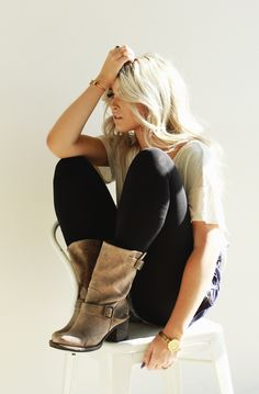 I freaking love this relaxed style! Those colors. The comfy-ness. Those gorgeous boots! Goodness, I am in love.