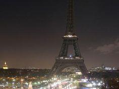 La Tour Eiffel a lutto. Charlie