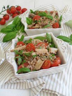 Insalata di farro con sgombro, pomodorini e rucola Healthy Cooking, Healthy Eating, Healthy Recipes, Italy Food, Fruit And Veg, Light Recipes, Eating Habits, Menu, Love Food