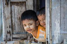 Sourire d'enfants dans un village près de Chaung Tha, à l'ouest de la Birmanie. Article visible sur mon blog ici : http://www.la-thailande-et-l-asie.com/visite-decouverte-chaung-tha/