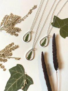 Flower Jewelry, Flower Necklace, Dainty Necklace, Pendant Necklace, Etsy Business, Keep An Eye On, Etsy Crafts, Minimalist Jewelry, Fern