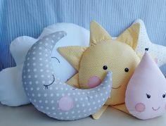 Kit de almofadas contendo 5 peças, uma nuvem, uma gotinha, um sol, uma lua e uma estrela. Todas as peças são confeccionadas em tecidos de algodão, de ambos os lados, carinhas bordadas a mão, enchimento em fibra siliconada, todas as peças possuem capas para retirar para lavar.  Medidas aproximadas... Baby Pillows, Throw Pillows, Baby Cot Bumper, Pillow Pals, Baby Shawer, Baby Sewing Projects, Butterfly Crafts, Handmade Pillows, Stuffed Animal Patterns