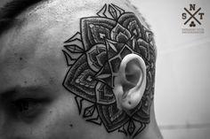 Татуировка мандала на голове в стиле дотворк