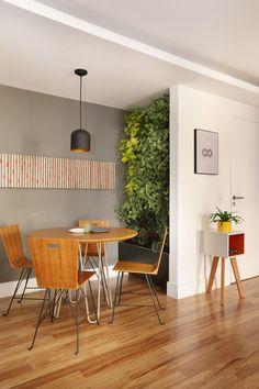 Apartamento de 85m² é integrado e muito bem dividido (Foto: Divulgação) Decor Home Living Room, Home And Living, Home Decor, Living Green Wall, Interior Exterior, Interior Design, Clothing Store Interior, Sweet Home, Rustic Loft
