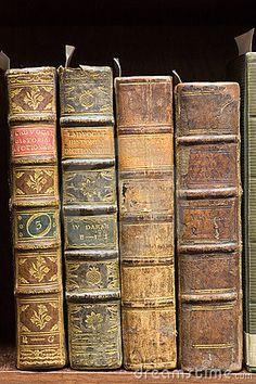 Alte Bücher auf dem Regal                                                                                                                                                                                 Mehr