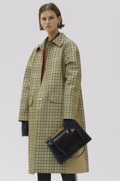 See the complete Céline Pre-Fall 2017 collection.