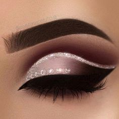 Delineated, smoky, colors, shapes and techniques to make up your eyes every time We propose ten eye makeup looks for different tastes and. Cute Makeup, Gorgeous Makeup, Pretty Makeup, Unique Makeup, Makeup Goals, Makeup Inspo, Makeup Inspiration, Makeup Ideas, Makeup Tips