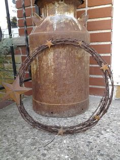 Barbed wire wreath just adding small stars adds a lit Barbed Wire Decor, Barbed Wire Wreath, Barb Wire Crafts, Metal Crafts, Rustic Crafts, Primitive Crafts, Concertina Wire, Ideas Terraza, Old Milk Cans