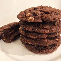 TGIW eli thank god it's weekend -cookiet tuplasuklaalla 🍪 Lasi viiniä, pari näitä ja telkun ääreen! #lunnileipoo #doublechocolatechipcookies  #cookiet #tgiweekend  PS. Jos tykkäät Subwayn tuplasuklaakekseistä... nämä ovat aivan samanlaisia! Cookies, Chocolate, Desserts, Food, Crack Crackers, Postres, Biscuits, Deserts, Hoods