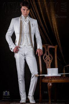 Traje de época modelo redingote brocado blanco con pedrería cristal dorada. Traje de novio 1748 Colección Barroco Ottavio Nuccio Gala.