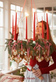 Min absoluta favorit bland ljuskronor är av den allra enklaste modell. En rund ring av smide, med 6 st ljushållare och 3 öglor att hänga upp den från. Den ljuskronan kan förvandlas och förändras allt efter säsong och personlig stil. Nu i skördetid, när rönnbären lyser röda är det snabbt gjort att binda fast hela…