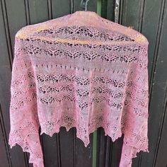 Grâce à internet et au tricot on se fait des tricopines et on reçoit des cadeaux!!! J'ai été très gâtée par @delnimbus avec ce magnifique châle de #xiaowei #chunyi. Merci encore Delphine  #knitting #tricot #walkcollection #gift #shawl by cilourosiers