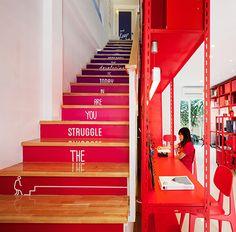 apos2, em bangkok | projeto: apostrophys | a transição de cores acontece na escada em degradê