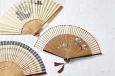 The latest trend in summer fashion is the two-millennial-old hand fan! Originally from Japan, this accessory is more than a complement to your wardrobe!