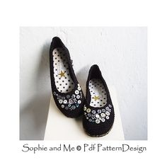 Plain ballerina flats. Embellished with shirt buttons and beads. Crochet pattern in 4 sizes.