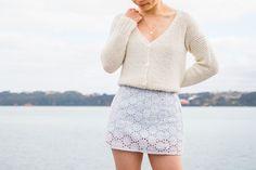 Fall Cardigan, V Neck Cardigan, Crochet Cardigan Pattern, Crochet Patterns, Linen Stitch, Modern Crochet, Crochet Videos, Cropped Sweater, Single Crochet