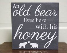 Wood sign saying: An old bear lives here with his honey Vinyl home decor, cabin decor, Father's Day gift Handmade Home Decor, Cheap Home Decor, Diy Home Decor, Hunting Home Decor, Warm Home Decor, Room Decor, Wood Signs Sayings, Sign Quotes, Home Sayings