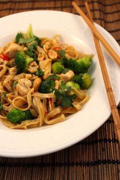 Lekker en Snel: Thaise noedels met kip, broccoli en pinda's
