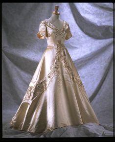 Sir Norman Hartnell (June 12, 1901 – June 8, 1979)/ Norman Hartnell for Queen Elizabeth: tangomango78 — LiveJournal Vintage Dresses, Vintage Outfits, Vintage Fashion, Norman Hartnell, Bridal Gowns, Wedding Dresses, Vintage Bridal, Fashion History, Women's Fashion