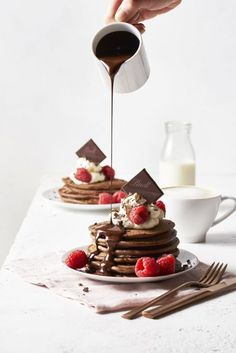 Gluten-Free Chocolate & Raspberry Pancakes Lindt Chocolate lindtchocolate Summer Recipes If you're you've got to try these incredibly decadent … Chocolate Pancakes, Lindt Chocolate, Pancakes And Waffles, Melting Chocolate, Chocolate Packaging, Chocolate Covered, Healthy Dark Chocolate, Gluten Free Chocolate, Good Morning Breakfast